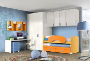 Questa cameretta a ponte per ragazzi è studiata per creare un ambiente moderno e confortevole perfetto per due fratelli dai colori bianco e arancio e finiture azzurre. NS 19 mod: Mondo Camerette