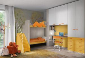 Una soluzione ideale per due fratellini: una cameretta dallo stile moderno con armadio a ponte, letti a castello e una luminosa zona studio, colore bianco e giallo e finiture arancio. NS 22 mod: Mondo Camerette