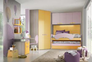 Una fantastica cameretta per bambine a ponte, con uno spazioso armadio ad angolo e una comoda zona studio. Soluzione salvaspazio dai colori giallo e lilla per un ambiente accogliente e vivace. NS 8 mod: Mondo Camerette