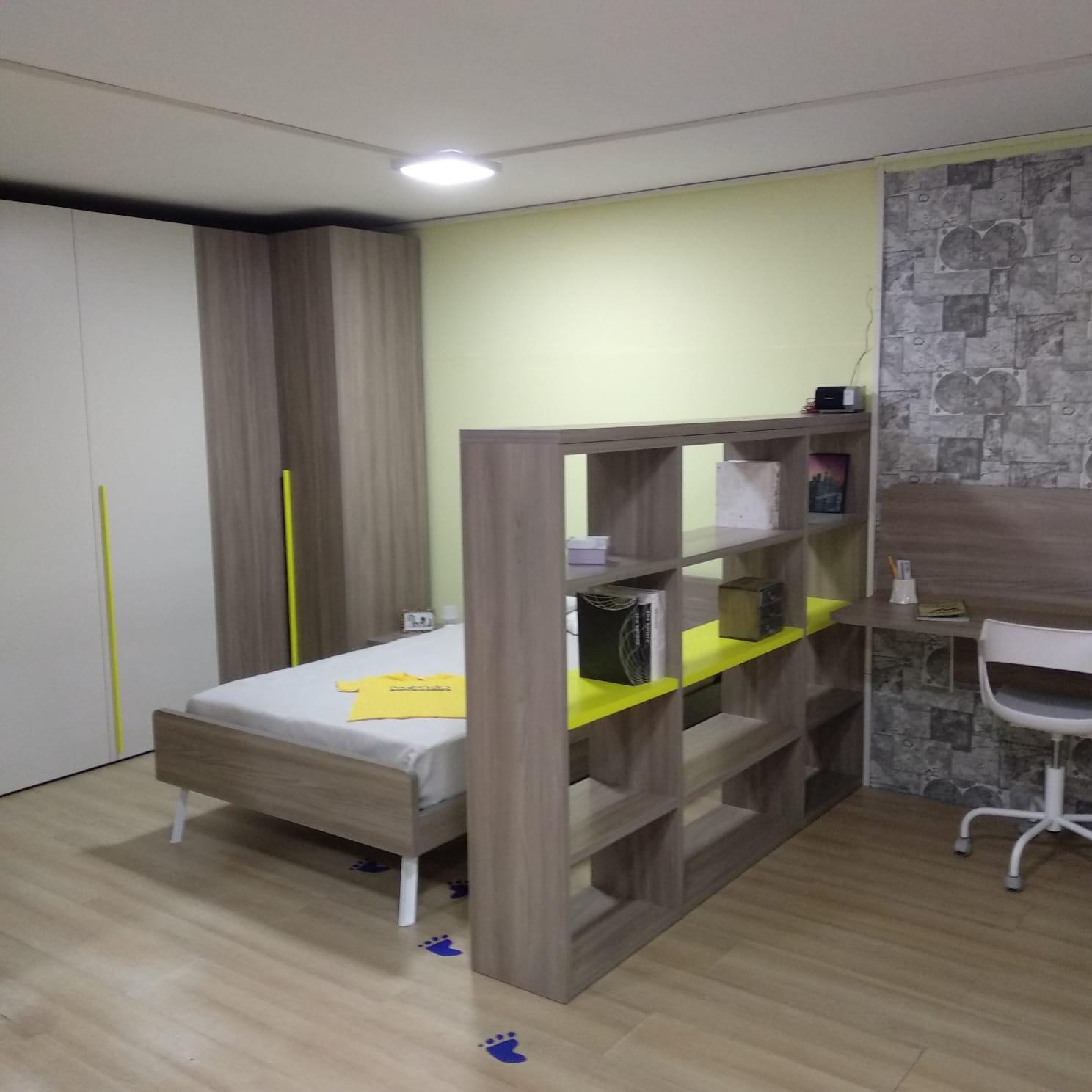 Cameretta con letto singolo armadio e zona studio mondo for Armadio studio